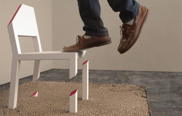 Tek ayaklı sandalye üzerinde dikilen adam