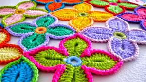Camino de mesa multicolor con flores - paso a paso