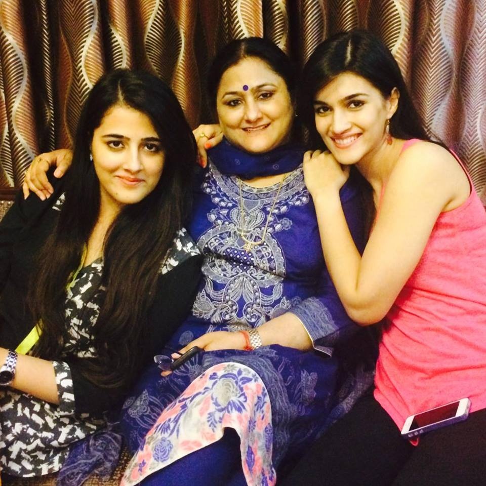 Kriti Sanon with her mother.