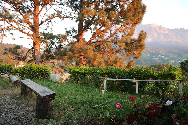 laman Kinabalu View Guest House. Ruang parkir yang luas.