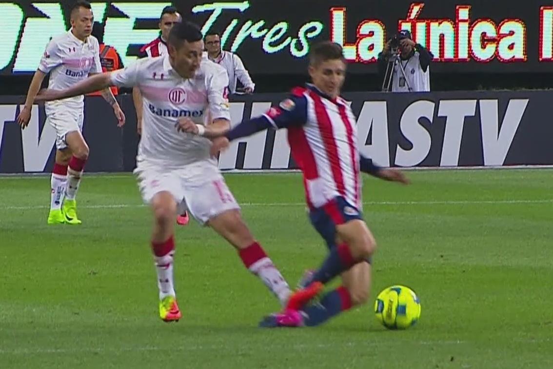 Rubens Sambueza, causante de la lesión, fue expulsado.