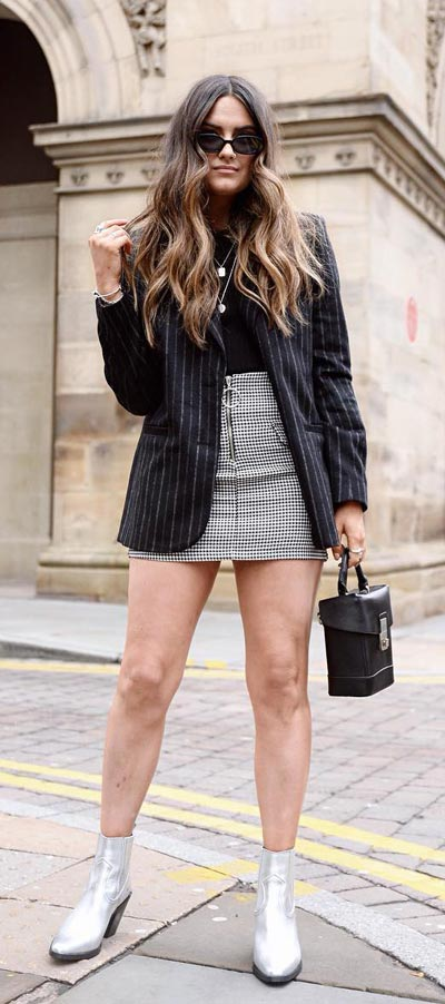 Chic and Cute Mini Skirt Outfits are back again. See these 27 Cutest Outfit Ideas with Mini Skirt. Cute Outfit Ideas via higiggle.com #summeroutfits #miniskirts #skirt #cute