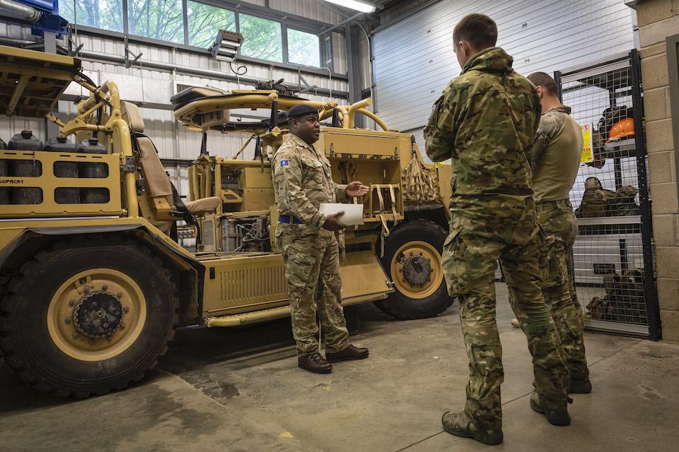 Естонія позичить в англійців чотири бронемашини Шакал