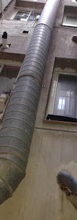 foto tubo pasando cerca de las ventanas
