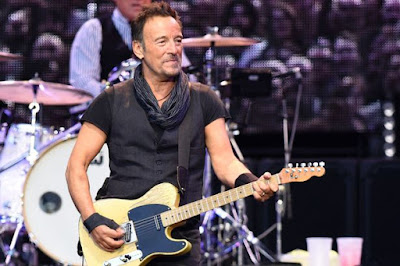 bruce-springsteen-does-his-own-holiday-shopping