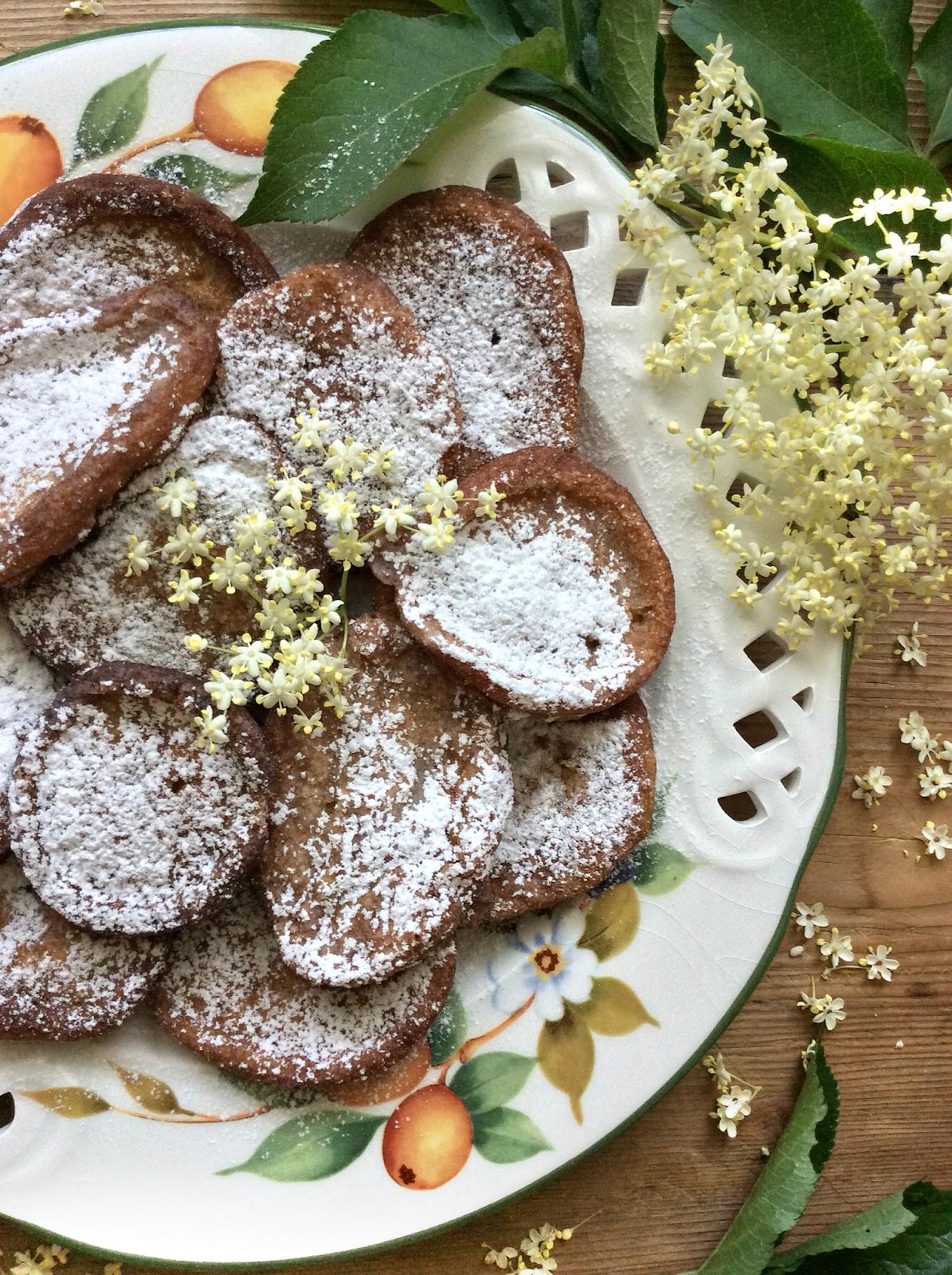dolci con i fiori dl sambuco
