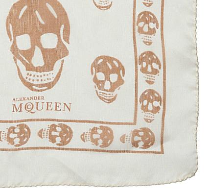 Les foulards avec des têtes de mort sont tendances. D ailleurs, Nadège,  dans Secret Story ne quitte plus le sien. 61debf98e78