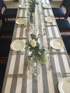 Mesa de boda con mantel a rayas estilo navy