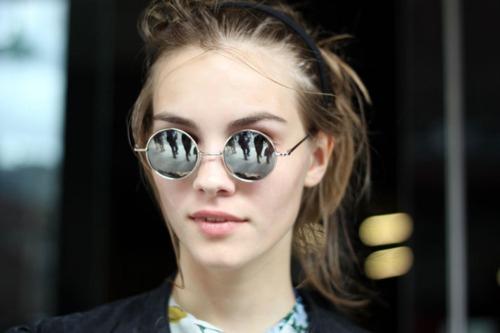74384ef44 ... os olhos dos raios solares prejudiciais à saúde ocular e por fim o  papel de acessório, sendo usado por vaidade, moda por nos fazer sentir mais  bonitos.
