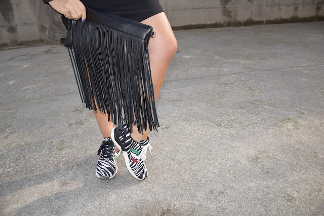 borsa frange fringed bag adidas sneaekrs abbinamento sneakers e abito come abbinare sneakers e gonna how to wear sneakers and dress mariafelicia magno fashion blogger color block by felym web influencer italiane