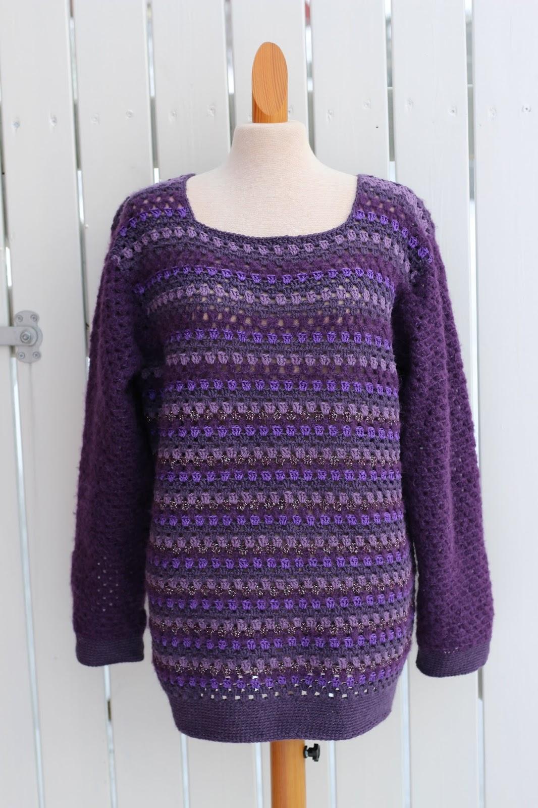 79d55696 Lilla heklet genser i eget design ble laget i mars.