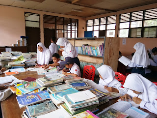siswa-siswa sedang beraktifitas diperpustakaan sekolah