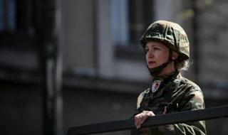 Τα κορίτσια του στρατού, τα φιλιά στους στρατιώτες, οι selfies με τα άρματα μάχης -Τα παραλειπόμενα της παρέλασης σε 50 φωτό