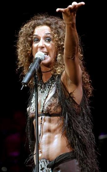 Foto de Rosario Flores cantando en concierto