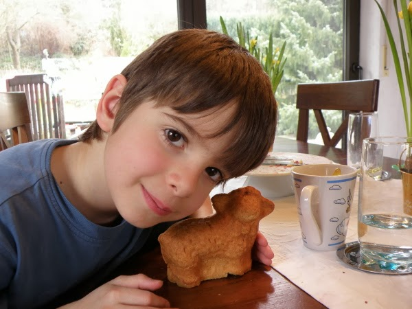 Jakob mit seinem gebackenen Osterlämmchen