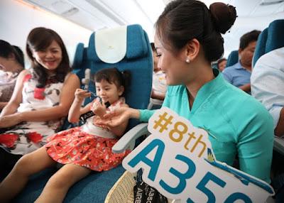 """Các hành khách """"nhí"""" thích thú với món quà tặng dễ thương từ Vietnam Airlines và Airbus."""