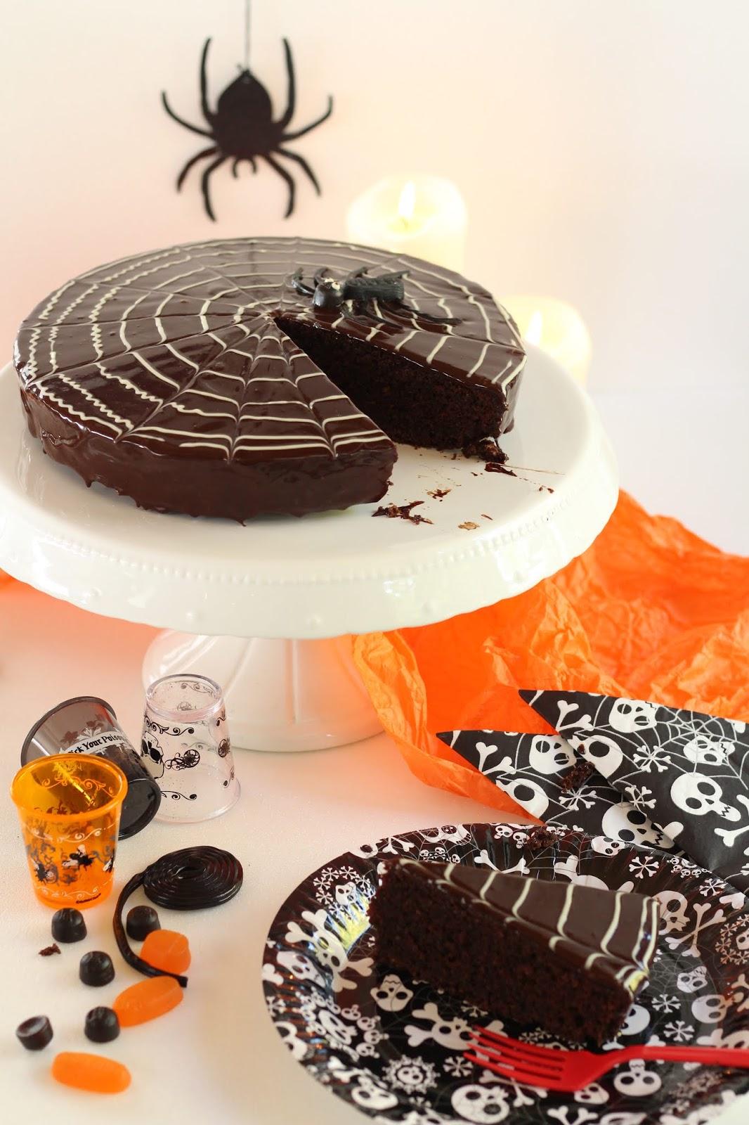 Spinnennetz-Torte: Die köstliche Ruck-Zuck-Sachertorte mit Spiderweb zu Halloween. Mit Video. Und wilden Partyfotos.