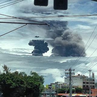 Deux panaches de cendres sur le volcan Tungurahua, 26 février 2016