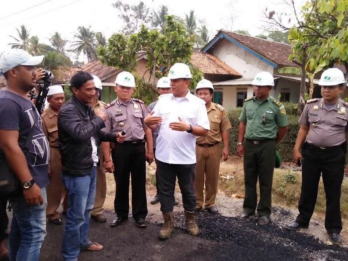 Membangun 600 kilometer jalan di kampung memanfaatkan alokasi dana desa.