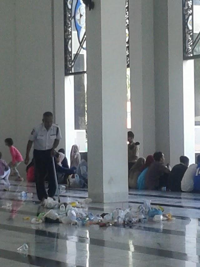 Karnaval Meriah, Masjid Dijadikan Tempat Sampah
