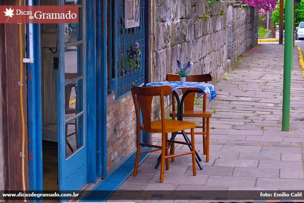 Cadeiras na rua em Gramado/RS