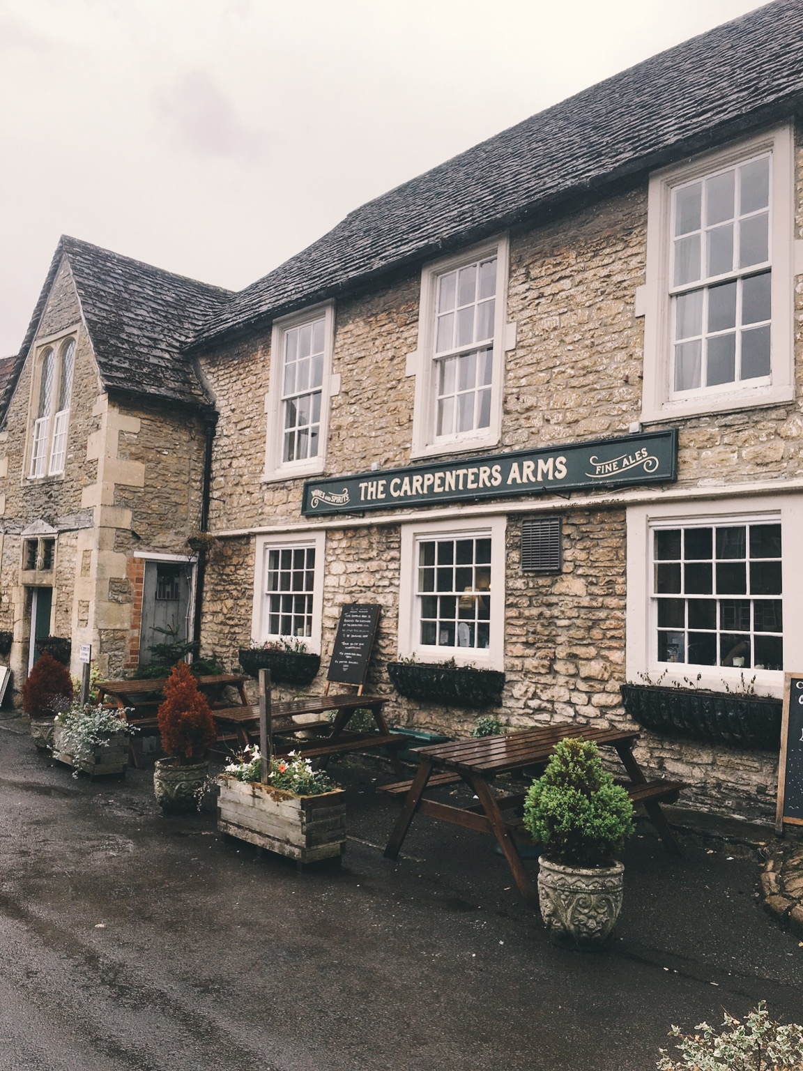 Famous bar and restaurant in English countryside