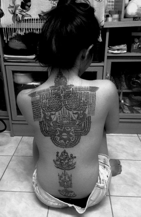 vemos a una mujer con tatuaje tibetano