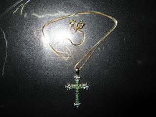 liontin salib batu zamrud dan berlian