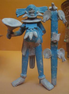Arte maya antiguo: estatuilla masculina de cerámica con pintura azul aplicada después del horneado.
