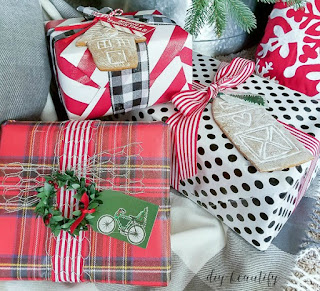 Creative Christmas gift wrap ideas by www.diybeautify.com