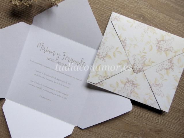 Invitación rústica vintage con estampado de flores en forma de sobre