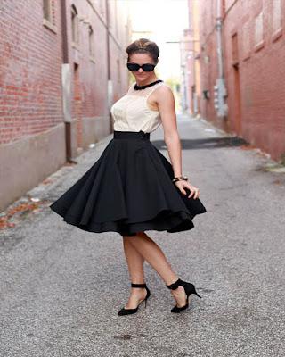 outfit de verano con falda midi negra