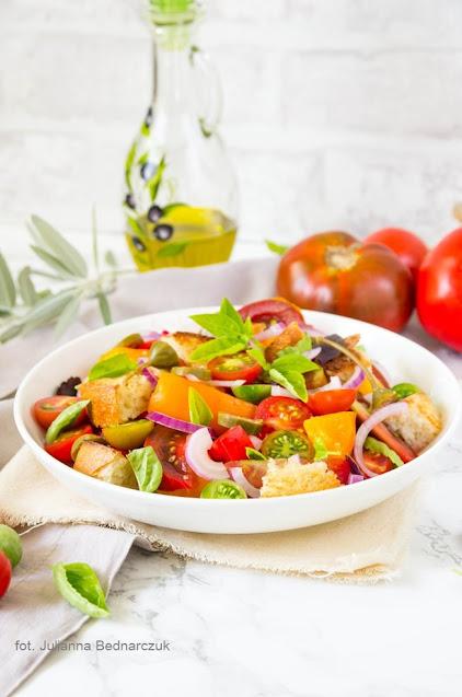 Panzanella - włoska sałatka z chleba i pomidorów