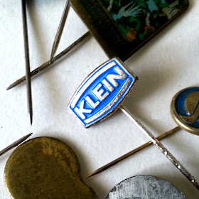 Vintage enamelled tie pin with the word 'klein' on it.