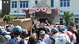 Ribuan Siswa Datangi Mapolsekta, Tuntut Adnan Pemukul Guru Agar Dihukum Berat - Commando