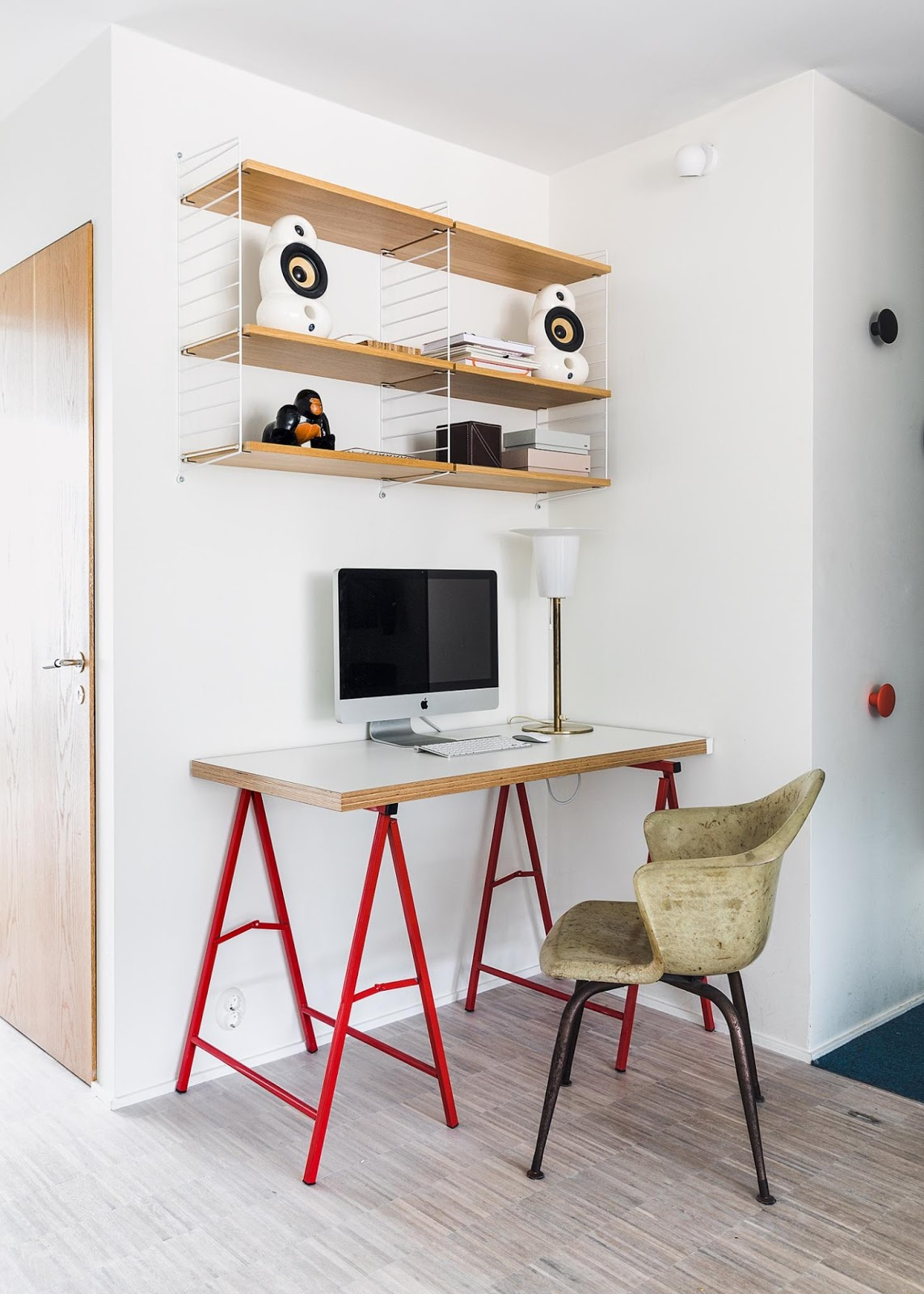 imac, string shelf and red legged table in the nordic interior