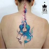 tatuaje de guitarra en la espalda a color