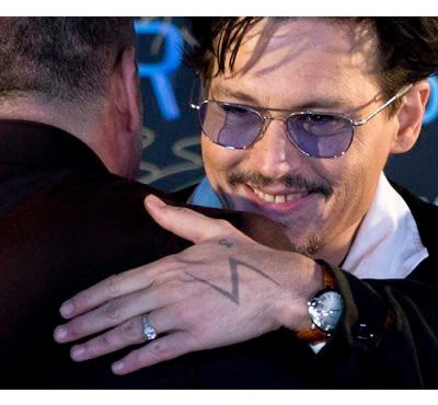 Johnny Depp Muestra un Engaged Ring