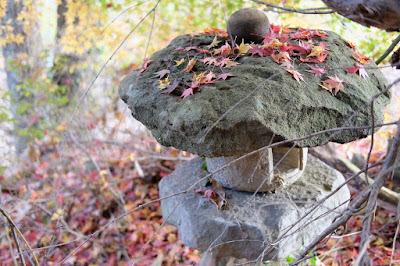 生坂村の古民家カフェ・ひとつ石 灯篭と落ち葉