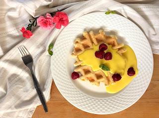 Vafle z mandlové mouky s vanilkovou omáčkou