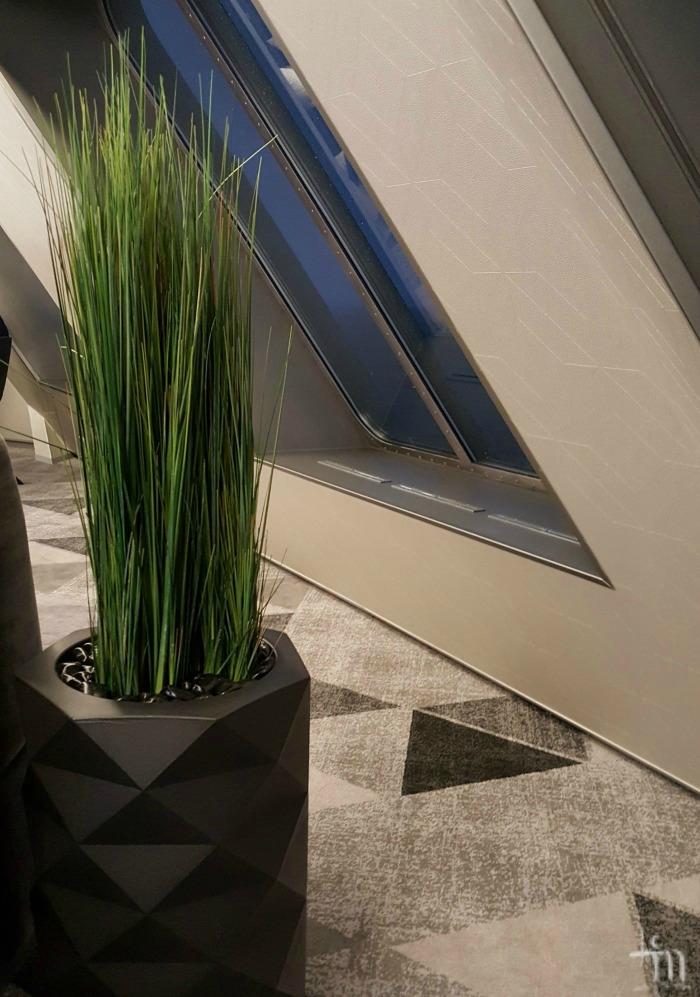 Megastarin sisustusta: kukkaruukku ja kuosiin kudottu matto