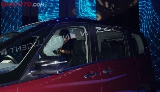 windshield dan jendela samping Nissan Serena sangat lebar