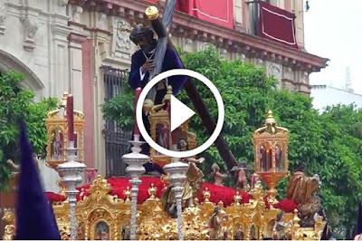 Hermandad de los Gitanos por Calle Alemanes en Sevilla 2017 tras hacer estacion de penitencia en la Catedral durante la Madruga de la Semana Santa de 2017 yendo por calle alemanes en direccion a la cuesta del rosario o cuesta del bacalao el senor de la salud y la virgen de las angustias coronada