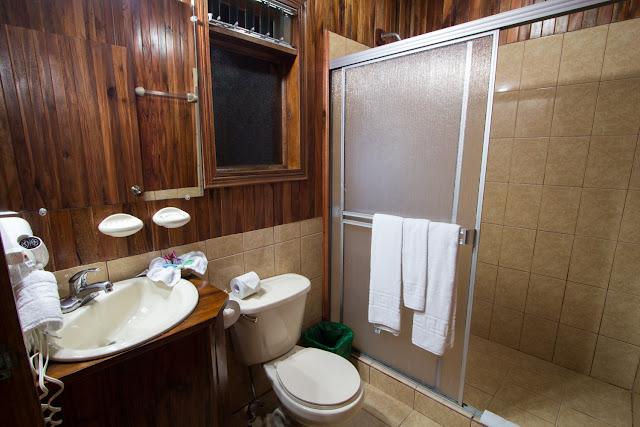 Baño de la habitación del Cloud Forest Lodge