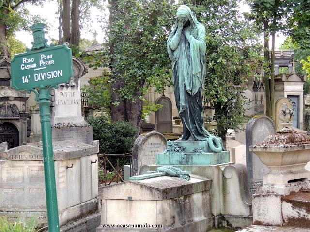 Escultura no cemitério Père-Lachaise