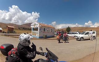 Pedro sinalizando o caminho para as Salineras de Maras / Peru.