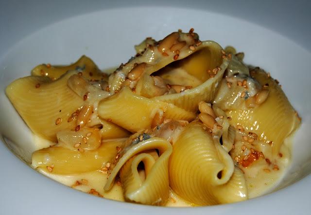 Lumaconi con Pera, Gorgonzola y Piñones (Lumaconi con noci pere, gorgonzola e Pino)