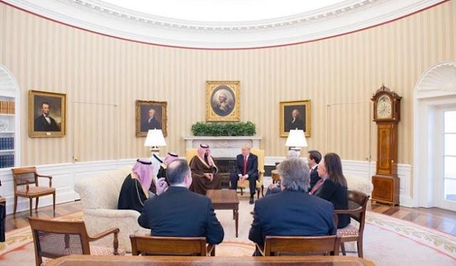 دينا حبيب، الى اليمين، وقريبا منها جارد كوشنر، حضرا معا جلسة مباحثات ثنائية في الصالون الأبيض الثلاثاء الماضي، بين ولي ولي العهد السعودي الأمير محمد بن سلمان والرئيس الأميركي دونالد ترمب