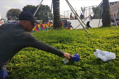 Getar Lampung Pungut Sampah dan Putung Rokok di Taman Gajah
