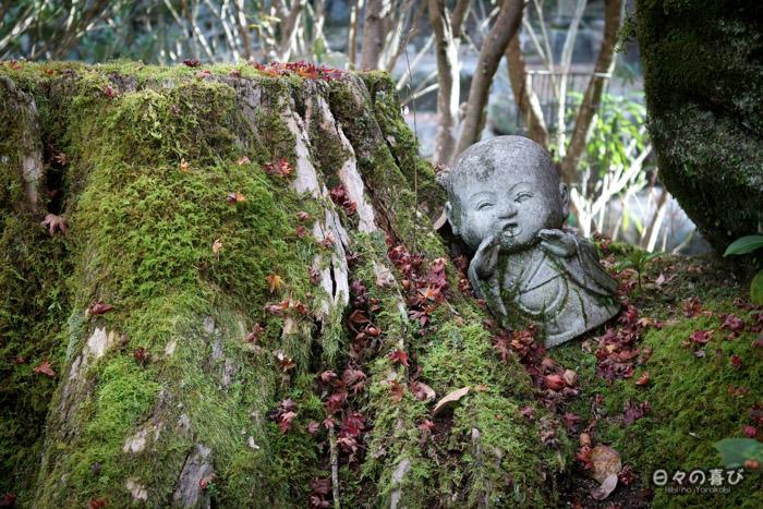 Jizô accoudé à une souche, temple Daisho-in, Miyajima, Hiroshima-ken
